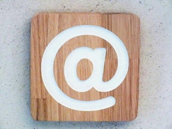 panneau en bois avec pictogramme internett
