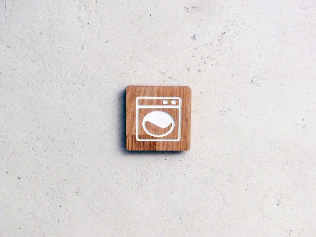 panneau en bois pour indiquer une buanderie. Black Bedroom Furniture Sets. Home Design Ideas