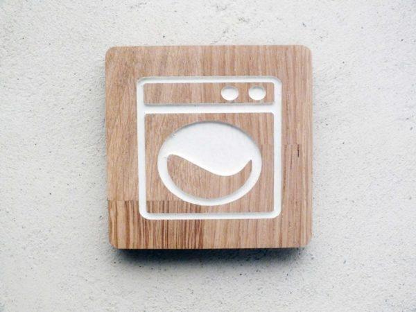 Panneau buanderie en bois avec picto gravé