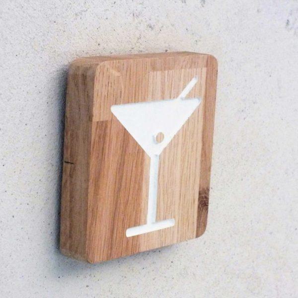 panneau pour signaler un bar grâce au pictogramme cocktail