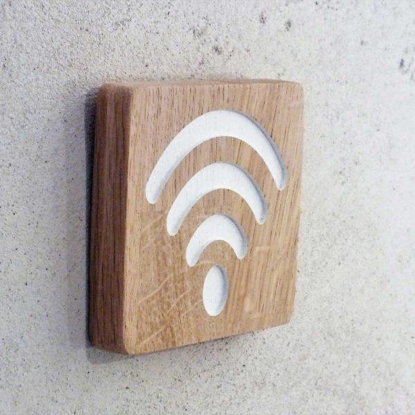 panneau en bois pour signaler un point d'accès wifi