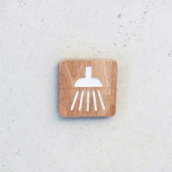 panneau avec le pictogramme douche pour indiquer une salle de bain