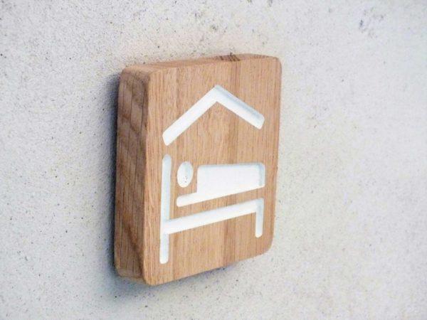 panneau pur chambre d'hôtes en bois massif et pictogramme gravé