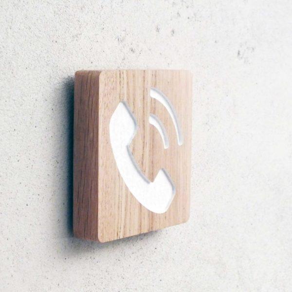 panneau en chêne gravé pour indiquer un téléphone