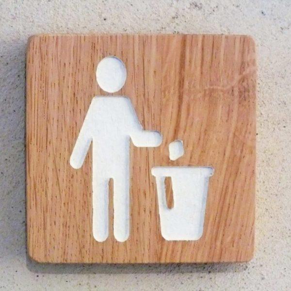 panneau en chêne indiquant une poubelle