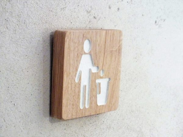 panneau signalétique en bois pour signaler une poubelle
