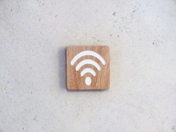 pannonceau en bois massif indiquant un point d'accès wifi
