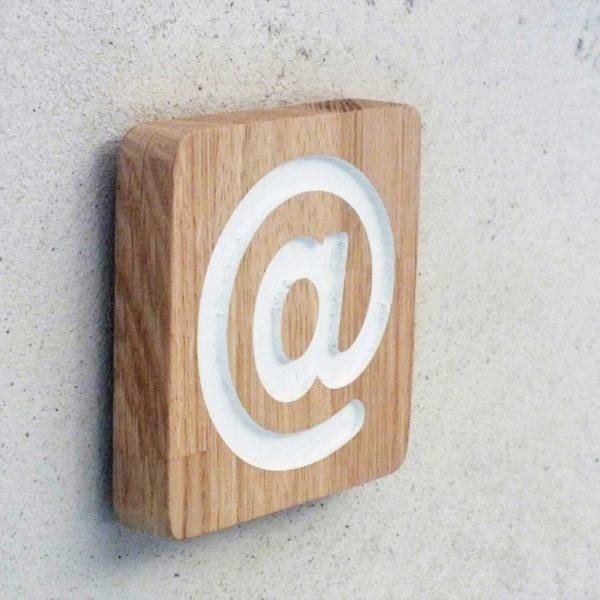panneau en bois avec pictogramme pour signaler un accès à internet
