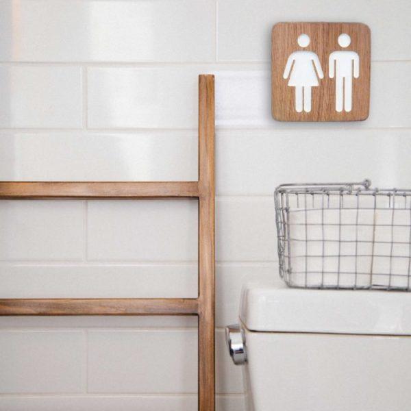 Panneau pour les WC mixtes en bois avec pictogrammes hommes et femmes gravés