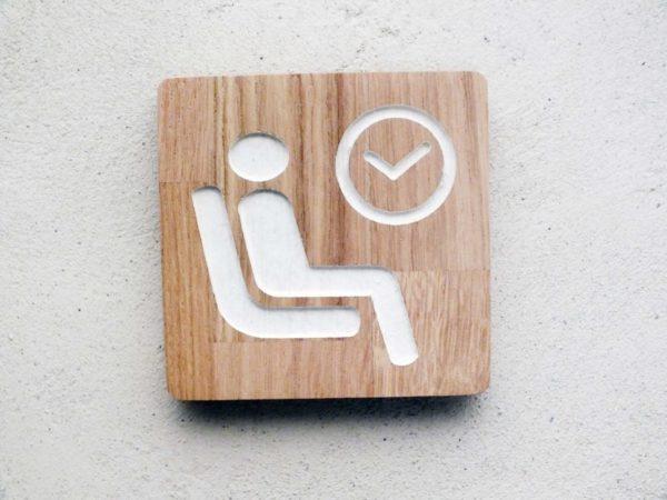 panneau pour salle d'attente en bois gravé