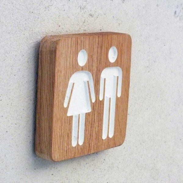 panneau en bois pour indiquer les toilettes homme et femme