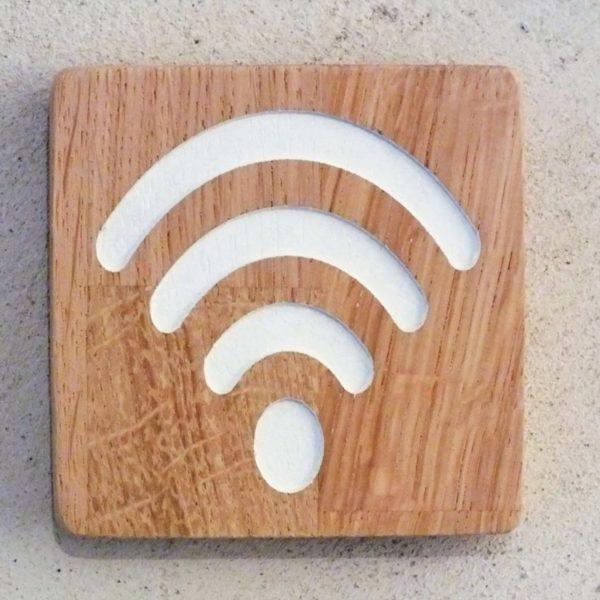 panneau wifi en bois massif avec pictogramme gravé
