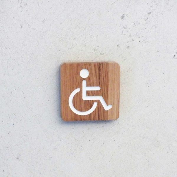 plaque de porte en bois pour les toilettes handicapé