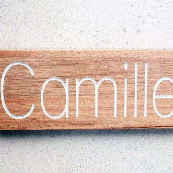 pancarte en chêne avec nom de la chambre gravé