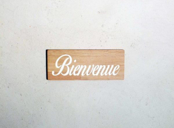 pancarte en bois massif avec inscription bienvenue gravée
