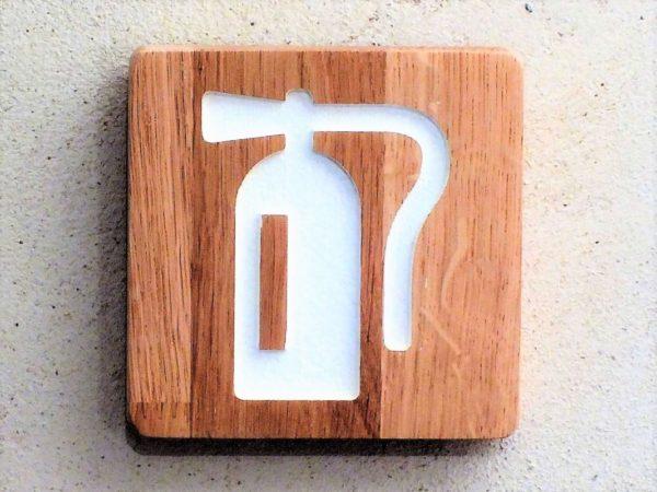 panneau en bois pour signaler un extincteur