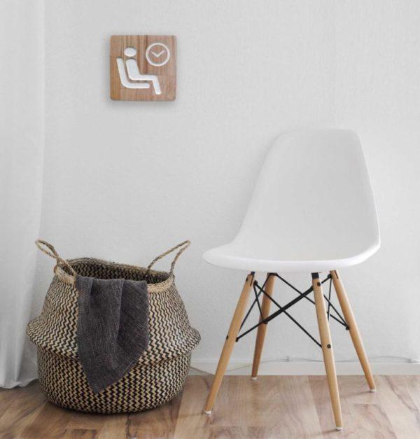 Panneau pour une salle d'attente en chêne avec pictogramme gravé