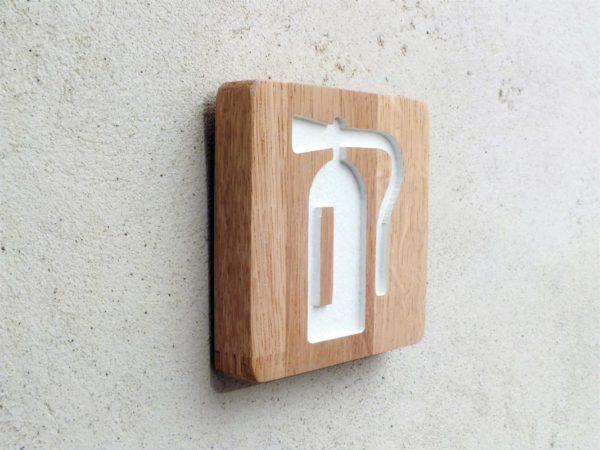 panneau en bois massif avec pictogramme extincteur gravé