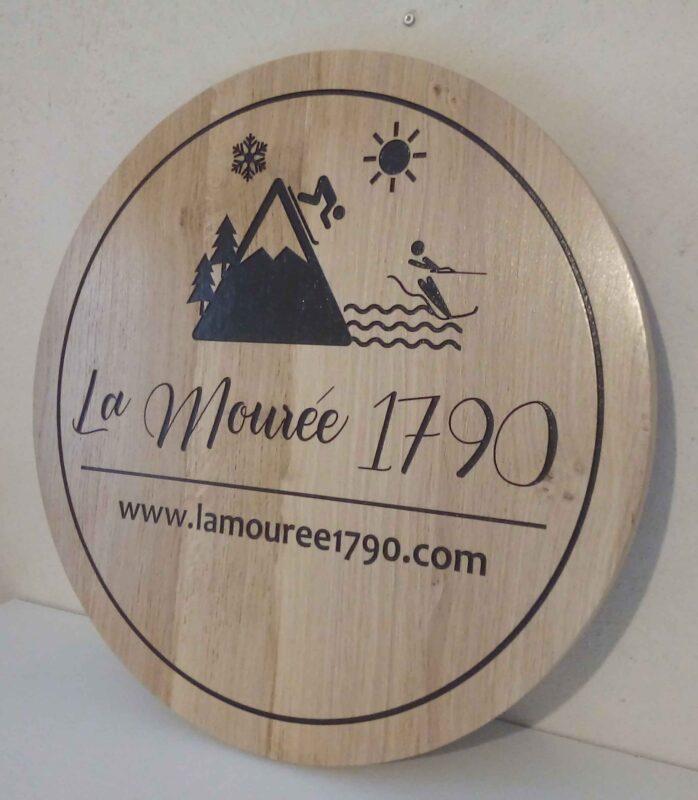 Gravure de logos et textes sur bois pour enseigne