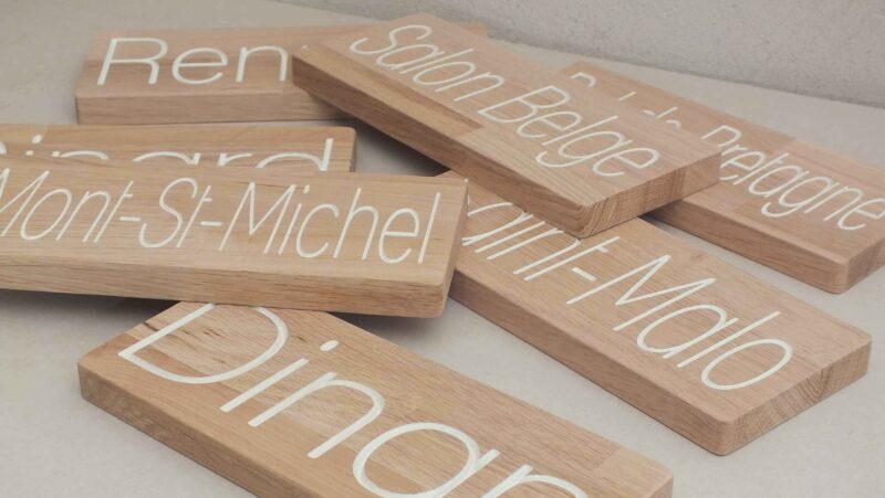 serie de plaque de portes en bois pour un hôtel