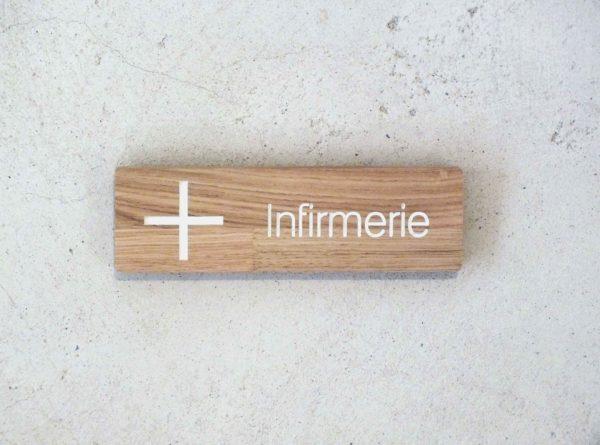 panneau indicateur avec croix pour infirmerie