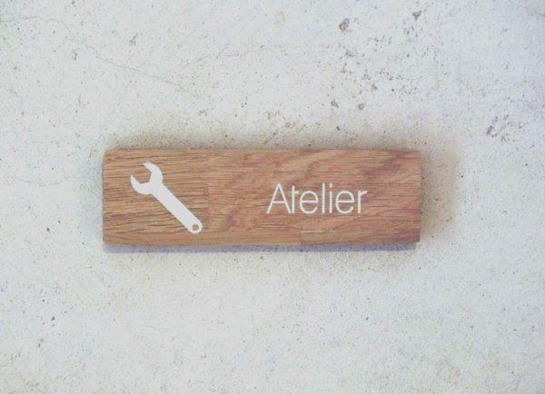 panneau en chêne pour indiquer un atelier