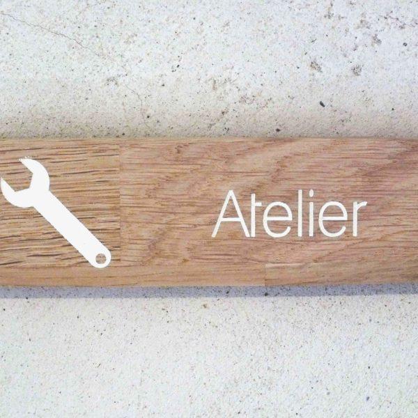 panneau en bois pour signaler un atelier