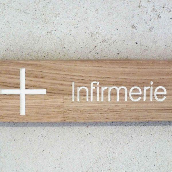 panneau en bois pour indiquer une infirmerie
