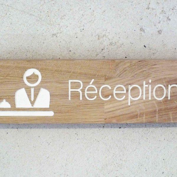panneau en bois pour indiquer une réception