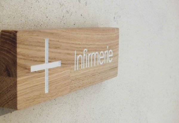 panneau infirmerie en bois